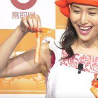 【高画質ワキフェチ動画】卑猥なワキの下を晒しながらカニを食べる橋本マナミ