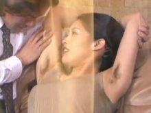 ワキ毛が生えたままのワキの下をワキ舐めされて嬉しそうに感じる友田真希