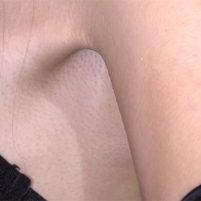 【高画質ワキフェチ動画】可愛いキャンギャルのワキの毛穴までしっかり分かる高画質!ここまでワキの下を撮れるのは素晴らしい!