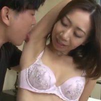 人妻の大渕香里奈がエロくて香ばしい匂いのしそうなワキの下をワキ舐めされる