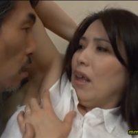 義理の父に性感帯のワキの下を弄られワキ舐めされてしまう美人妻