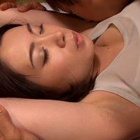 杏子ゆうが剃り残しの目立つジョリワキ全開の格好で寝てるからこっそりワキ舐めしたらバレた