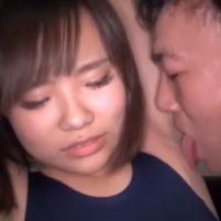 嫌がりながらもワキ舐めされたらだんだん感じてきちゃうスク水ド変態女子
