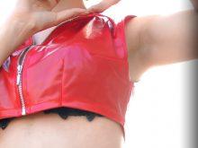 【高画質ワキフェチ動画】卑猥なワキの下だけでなく衣装からはみ出たブラも拝めるセクシーコスプレイヤー