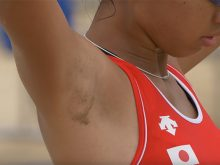 【高画質ワキフェチ動画】ワキ汗に砂が張り付いてめっちゃ卑猥なことになってる美人ビーチバレープレイヤー