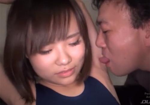 キモいおっさんにワキ舐めされて恥ずかしいのと気持ちいいのが入り混じった複雑な表情を浮かべる女子