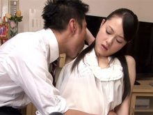 汗が溜まって濃い匂いのしそうなワキの下をワキ舐めされてしまう家庭教師の長谷川ゆり