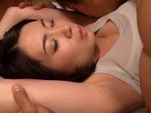 娘の家庭教師の杏子ゆうが卑猥なワキの下を丸出しで寝てるからワキ舐めワキコキで攻めてやった