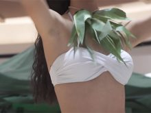 【高画質ワキフェチ動画】剃り残しのあるジョリワキを見せながらフラダンスを披露するムスメ