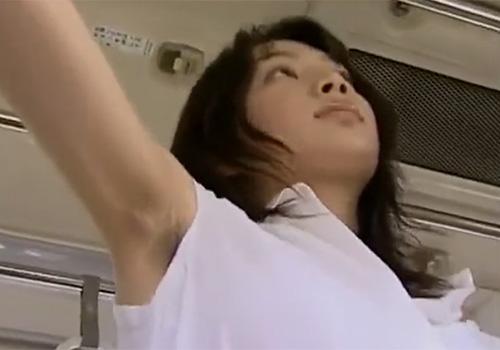 ワキ毛が生えたままバスの吊り革を堂々と握り痴漢待ちをする娘