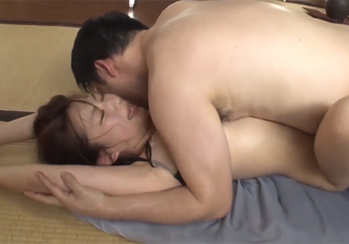 汗だくのワキの下を吉村卓にハメられながらワキ舐めされてしまう美女