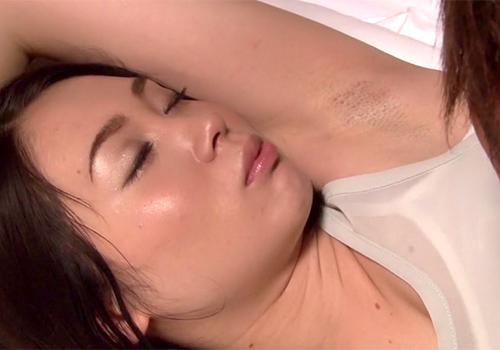 恥ずかしすぎるジョリワキが丸見えになっていた娘の家庭教師の杏子ゆうのワキを好き放題いじる
