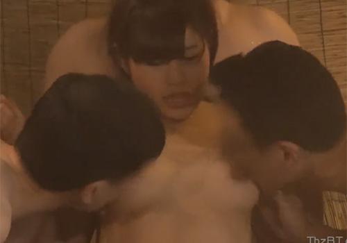 タオル一枚で男湯に入ってワキの下を美味しそうに舐められてしまう素人女子大生