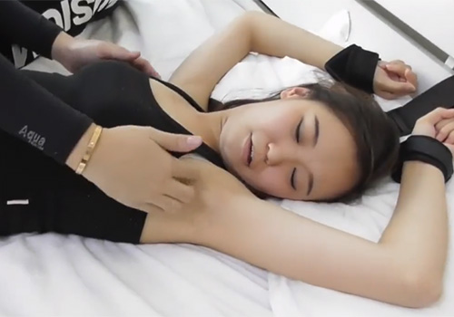 腕を拘束されたままワキの下を好き放題にくすぐられて悶絶する美少女
