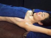 【高画質ワキフェチ動画】マッサージ動画できれいなワキと胸をサービスしてくれる素人美女