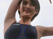 Aカップグラドル 鈴木咲ちゃんの競泳水着でキレイに処理されたツルワキ全開動画をまたもや発見!