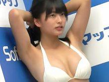 女子高生グラドルの澤田夏生ちゃんはまだ学生だからワキの処理も甘いかなと思ってたのに意外にツルワキで驚き!