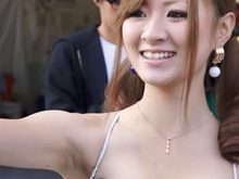 【ワキフェチ高画質動画】カミソリ派っぽい黒ずんだワキの下を撮影されてしまった色白ギャル系レースクイーン