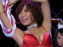【高画質ワキフェチ動画】AV女優が生着替えで綺麗に処理されたツルワキをドアップ披露 アダルトエキスポ2014