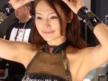 【高画質ワキフェチ動画】完璧なツルワキを惜しげも無く晒すセクシーキャンギャル 東京オートサロン2016