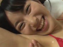 ジョリワキをオイルマッサージされてくすぐったいはずなのに気持ち良さそうにする美少女