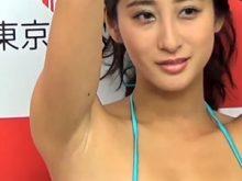 【高画質ワキフェチ動画】綺麗に処理されたツルワキから目が離せない現役レースクインでグラビアアイドルの佐藤衣里子