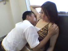 M男にワキの下を思いきり匂いを嗅がれワキ舐めされるギャル系美女