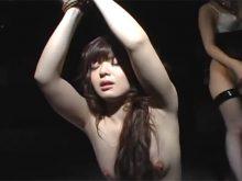 白くてきれいなツルワキ全開で拘束されて鞭打ちされる激エロ美女