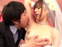 ウェディングドレスのまま白いきれいなワキの下をワキ舐めされて喘いじゃう瑠川リナ