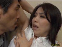実は性感帯のワキの下を義理の父にじっくりとワキ舐めされてしまう人妻