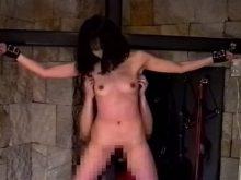 磔にされて剥き出しになったワキの下を容赦なしにくすぐられる素人娘