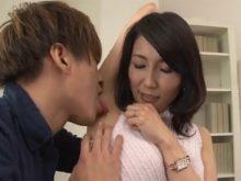ジョリジョリするワキの下をワキ舐めされてしっかり堪能されてしまう人妻の木村はな43歳
