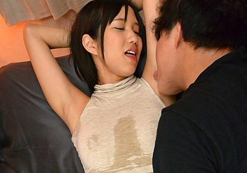 嫌がる湊莉久を無理矢理ワキ全開にさせてワキ汗をかいたワキを舐めまくる!