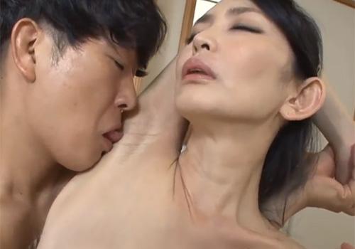 ワキの下を音を立てられてながらワキ舐めされて感じてしまう四十路熟女の立花涼子