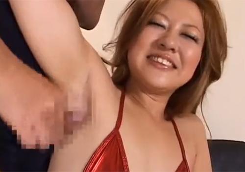 ちょっと派手目なギャル系素人娘が敏感な腋の下をワキ舐めからのワキコキで弄ばれる
