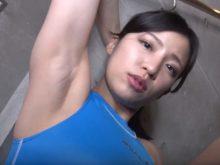 競泳水着姿でワキの下を丸出しにするグラビアアイドルの佐野マリア