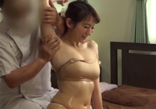 エステで実は性感帯のワキの下をねっとりとマッサージされて乳首びんびんになってしまう音羽レオン