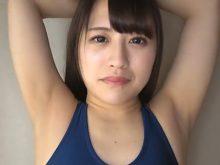 スク水姿で乳首を立たせながらワキの下を全開にさせられる女子