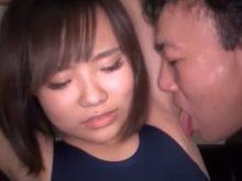 スクール水着の素人女子がワキの下をいじられワキ舐めされ恥ずかしいのに感じちゃう