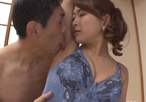 普段なかなか見ることのできな美人妻たちのワキの下を美味しくワキ舐めさせていただく