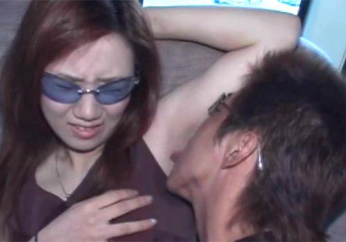 汗染みができるほどワキ汗をかいたワキの下をワキ舐めされてしまう素人女子